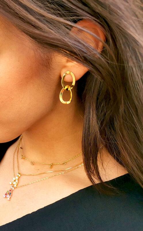 Súper modernos y para ir a la última con estos pendientes cadena dorada. Estilo y diseño total que atrae y enamora.